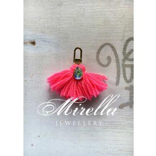 https://www.mirellashop.at/shop/bag-charms/bag-charms/#cc-m-product-16354168325|Mrs. Hot Pink